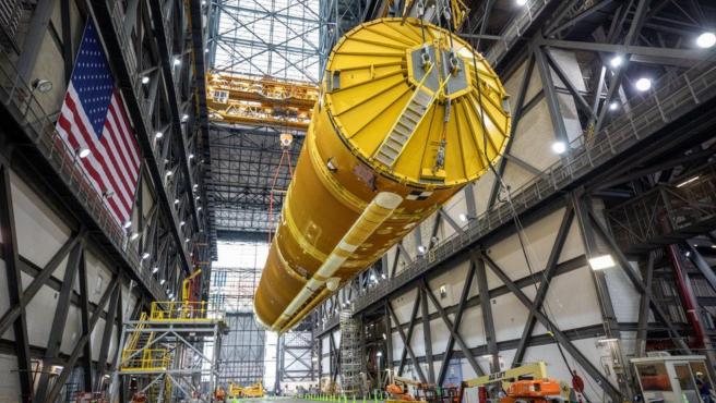 El núcleo del cohete en el Edificio de Ensamblaje de Vehículos.