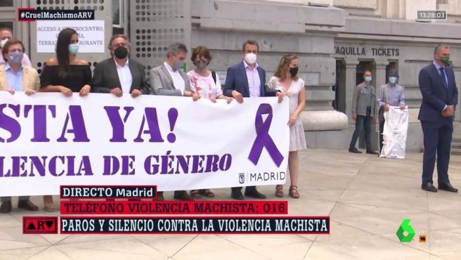 El portavoz de Vox en Madrid se aleja de la pancarta en el minuto de silencio contra la violencia de género.