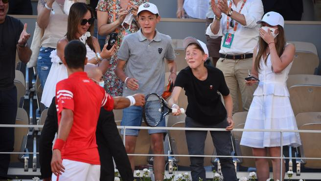 Djokovic le da la raqueta a un aficionado
