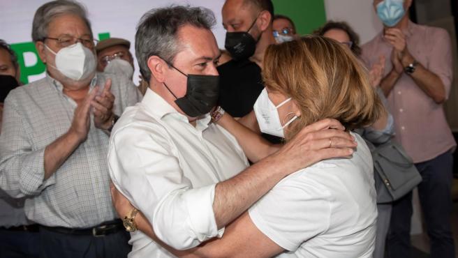 El próximo secretario general del PSOE de Andalucia, Juan Espadas, es felicitado por la candidata Susana Díaz a su llegada a la sede del PSOE andaluz en Sevilla, tras conocerse los resultados en las primarias.