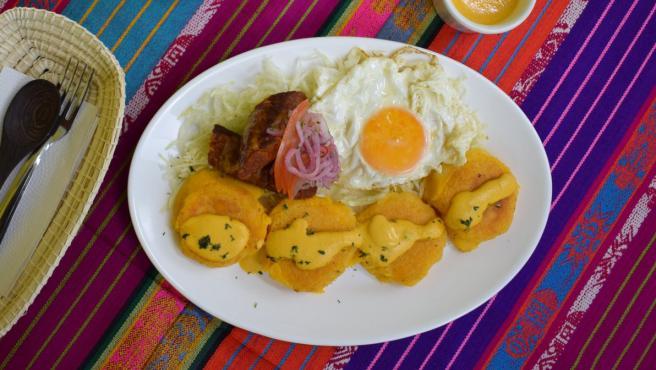 Un plato de llapingachos ecuatorianos con huevo frito.