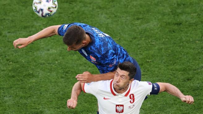 Lewandowski y Satka luchan por un balón durante el Polonia - Eslovaquia de la Eurocopa