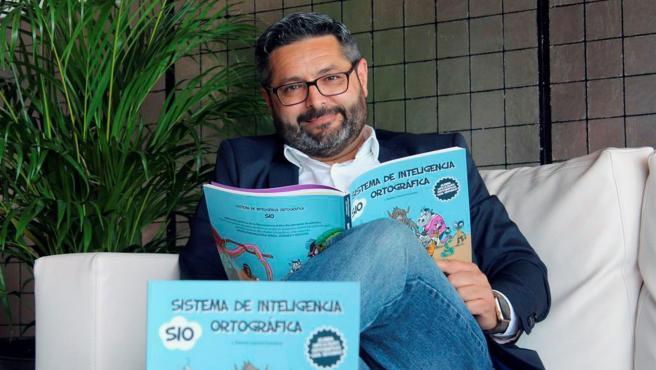 El profesor y director del Instituto de Neurociencia y Alto Rendimiento, Ramón García Guinarte, con su libro 'Sistema de inteligencia ortográfica'.