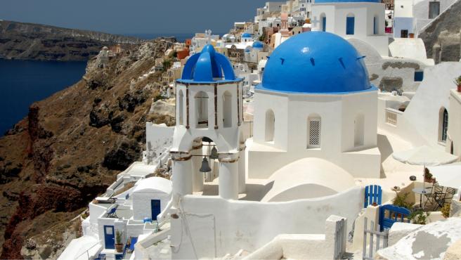 En Santorini (Grecia) emplean pintura blanca para reducir el calor en el interior de las viviendas.