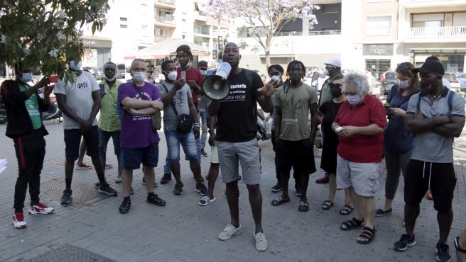 Protesta de la comunidad subsahariana de Badalona ante las oficinal municipales por el fin del alojamiento provisional de los afectados por el incendio de la nave industrial.