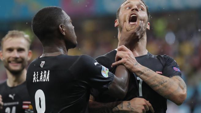 Alaba intenta callar a a Arnautovic durante su celebración.