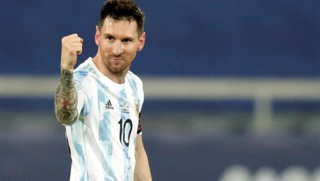 Lionel Messi celebra su gol en el partido entre Argentina y Chile de la Copa América, en el estadio Olímpico Nilton Santos, en Río de Janeiro (Brasil).