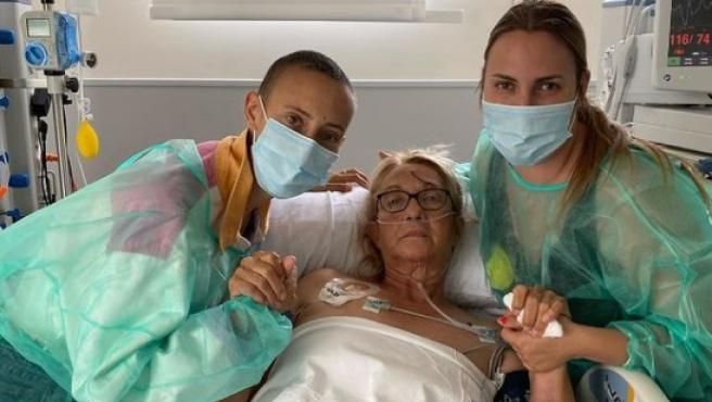 Virginia Torrecilla, junto a su madre en el hospital.