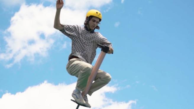 El pogo es una actividad deportiva de riesgo extremo que requiere de mucha flexibilidad, acrobacia, fuerza y equilibrio.