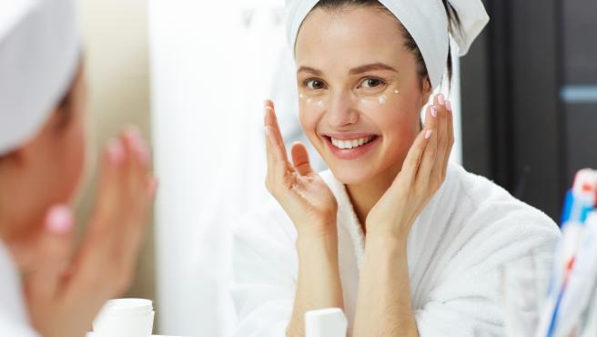 Hidratarse el rostro cada día reaviva el tono de la piel y ayuda a eliminar los signos de la edad.