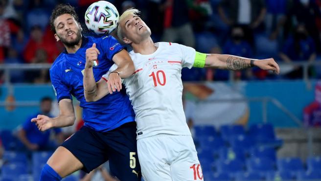 Manuel Locatelli y Granit Xhaka, durante el Italia - Suiza en la Eurocopa
