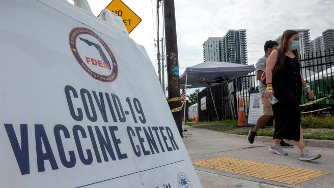 Un centro de vacunación contra la covid-19 en Miami, Florida (EE UU).