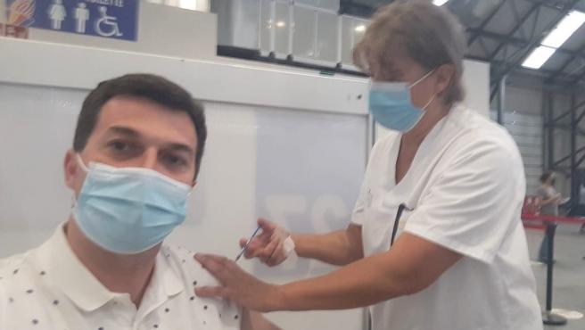 """Caballero (PSdeG) recibe la primera dosis de Pfizer y valora como """"un éxito"""" la estrategia de vacunación"""