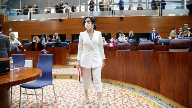 La presidenta en funciones y candidata a la Presidencia de la Comunidad de Madrid, Isabel Díaz Ayuso, entra en el hemiciclo de la Asamblea de Madrid.