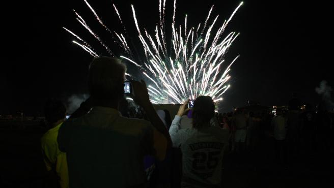El público mirando los fuegos artificiales del Estartit (Girona) en una verbena de San Juan.