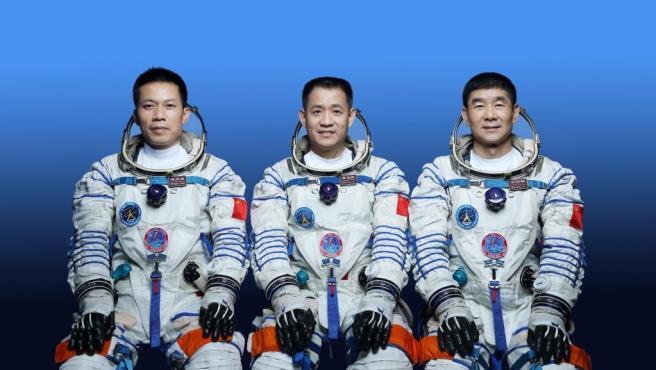 los astronautas chinos Nie Haisheng (C), Liu Boming (D) y Tang Hongbo, quienes llevarán a cabo la misión de vuelo espacial tripulado Shenzhou-12.