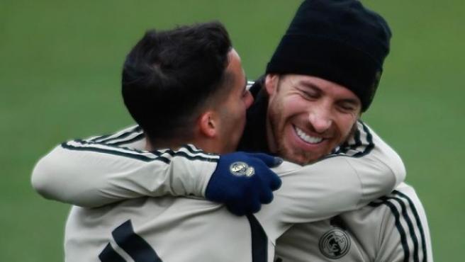 Ramos y Lucas Vázquez se abrazan en un entrenamiento.