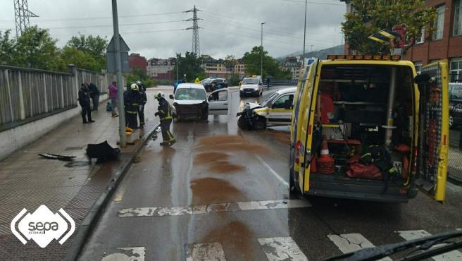 Tres heridos en una colisión frontal en Langreo