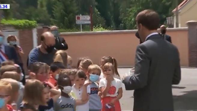 Un niño le pregunta a Macron por la bofetada que recibió.