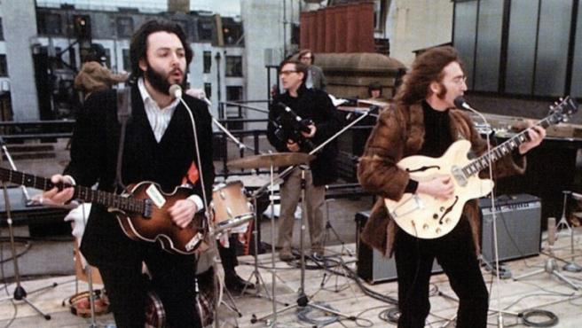 Los Beatles durante su famoso concierto en la azotea
