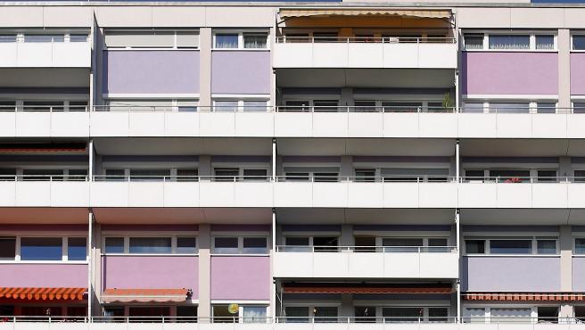 Bloque de pisos con toldos instalados.