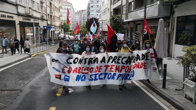 Cientos de empleados públicos marchan por Santiago contra la temporalidad en la administración gallega