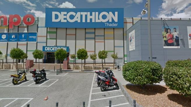Fachada de una tienda de la cadena Decathlon.