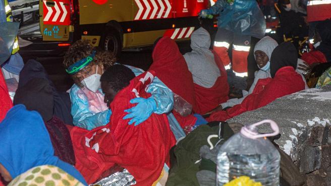 Inmigrantes rescatados tras naufragar la embarcación en que viajaban junto al puerto de Órzola, en Lanzarote.