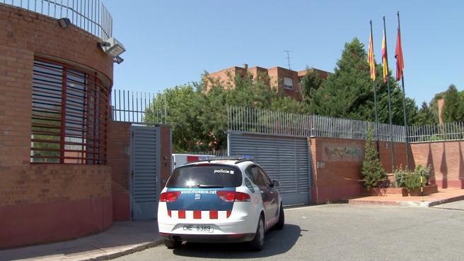 Un vehículo de los Mossos d'Esquadra entrando a la prisión de Ponent.