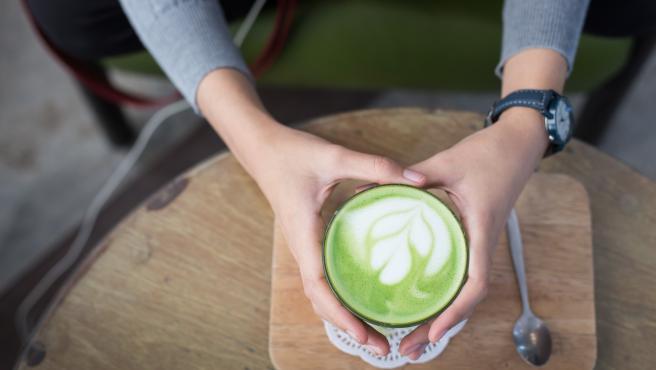 Imagen de un matcha latte, una forma de preparar el té matcha.