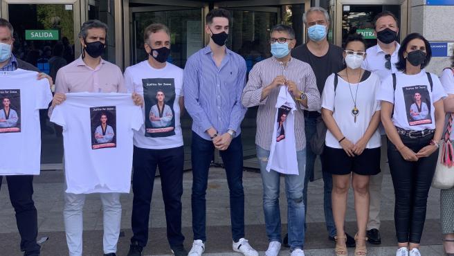 Tortosa y su familia durante la concentración de protesta por dejarle fuera de los Juegos