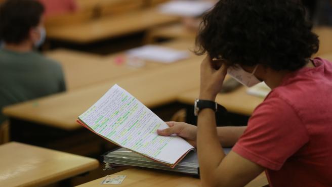 Un estudiante realiza un examen de la EBAU.