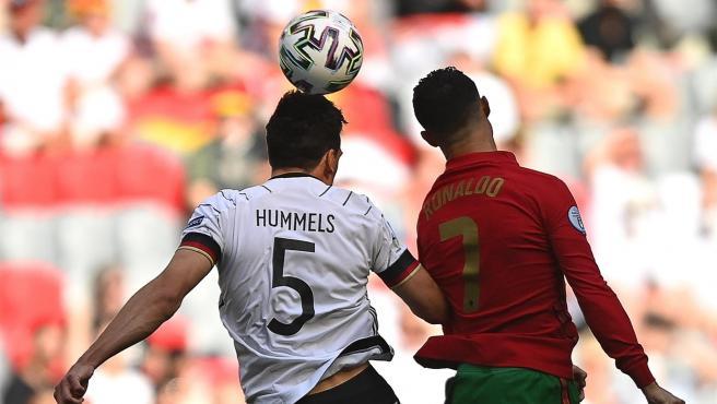 Hummels y Cristiano Ronaldo pugnan por un balón en el Alemania vs Portugal.