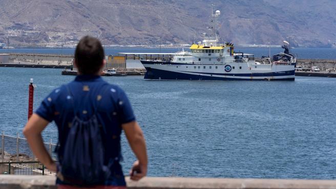 El buque del Instituto Español de Oceanografía Ángeles Alvariño, en el momento de salir del puerto de Santa Cruz de Tenerife para retomar la búsqueda de Anna y Tomás Gimeno.