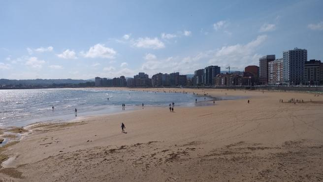 El Ayuntamiento desactiva el protocolo y reabre al baño las escaleras 12 a 15 de la playa de San Lorenzo