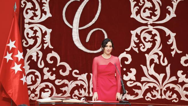 La presidenta de la Comunidad de Madrid, Isabel Díaz Ayuso, este sábado, tomando posesión de su cargo.