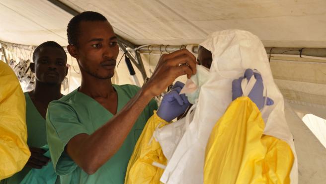 Miembros del equipo médico de MSF se preparan para atender a pacientes de ébola.