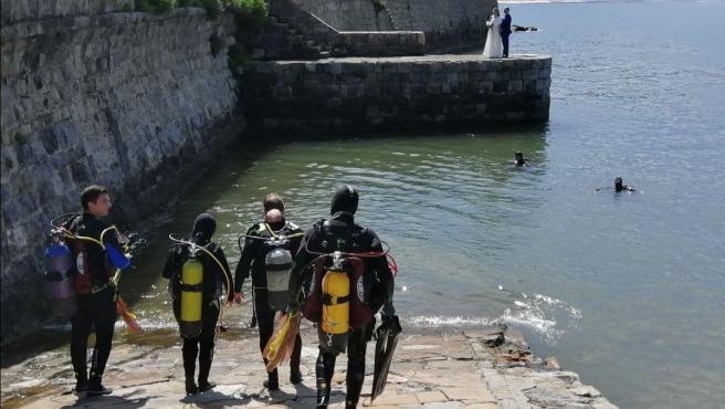Retirados en el Puerto Viejo de Getxo más de 60 kilos de residuos marinos