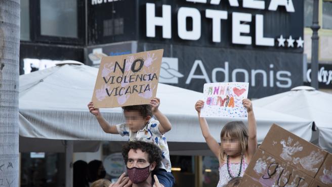 Dos niños sujetan carteles en una concentración feminista en la Plaza de la Candelaria, en Tenerife.