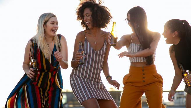 Este domingo es 20 de junio y se celebra el Yellow Day, el día más feliz del año. Un psicólogo británico eligió este día en contraposición al Blue Day, el día más triste. ¿Las razones? El 20 de junio se despide la primavera y aún hace un calor sofocante, hay más horas de luz que activan la serotonina, la hormona de la felicidad. Además, nuestro ánimo mejora porque se acercan las vacaciones, los horarios de verano y la paga extra.