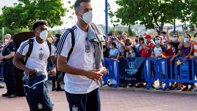 Busquets y Adama Traoré, en el hotel de Sevilla para la Eurocopa