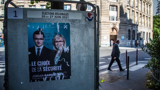 Imagen de un poster vandalizado del partido de ultraderecha RN, liderado por Marine Le Pen.