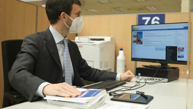 Un empleado trabaja en una oficina de la Agencia Tributaria.