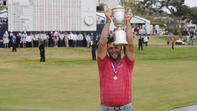 El español Jon Rahm necesitó dos putts para cambiar la historia del Abierto de Estados Unidos que este domingo ganó para conseguir su sexto título del PGA Tour con un brillante final.