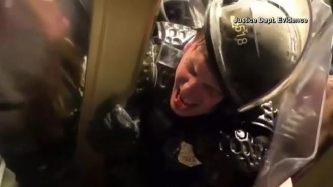 El Departamento de Justicia de EE UU ha revelado dos nuevos vídeos del asalto al Capitolio del pasado 6 de enero. En uno de ellos, se puede ver a un policía atrapado entre sus propios compañeros y los asaltantes. En el segundo, cómo un hombre le propina un puñetazo a un agente.