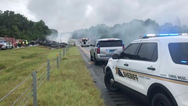 Diez personas, de las cuales nueve eran niños, murieron en un aparatoso accidente de tráfico en Alabama (EE UU), debido probablemente al mal estado del pavimento por una fuerte tormenta. En el siniestro se vieron involucrados más de 15 vehículos.
