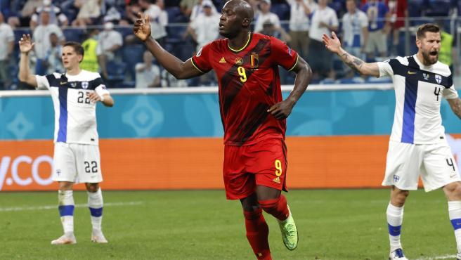 Romelu Lukaku celebra uno de sus goles en el Finlandia - Bélgica