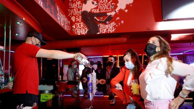 Un camarero sirve una bebida en el interior de una discoteca este lunes en Madrid.