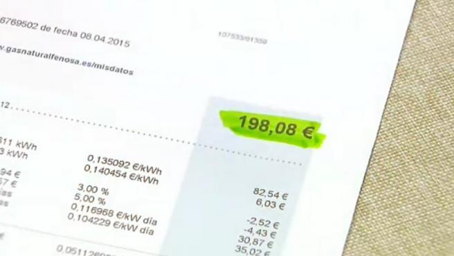 El Consejo de Ministros se reunirá este jueves de manera extraordinaria para aprobar la bajada del IVA del recibo de la luz del 21% al 10%. Así lo confirmó a última hora de este lunes la Moncloa, que detalló que la bajada se aplicará hasta final de año y estará condicionada a que los precios de la electricidad en el mercado mayorista estén por encima de los 45 euros por kilovatio/hora.