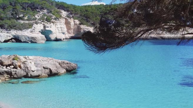 La Cala Mitjana es uno de los grandes atractivos de la isla.